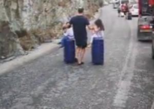 Σαντορίνη: Εικόνες που προβληματίζουν στο λιμάνι – Η απόφαση του πατέρα για να προλάβει το πλοίο – video