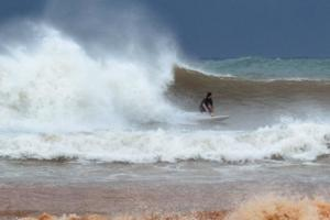 Σέρφινγκ την ώρα του μεσογειακού κυκλώνα