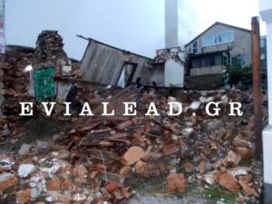 Χαλκίδα: Κατέρρευσε ακατοίκητο σπίτι πάνω σε στάση λεωφορείου – Αυτοψία στο σημείο της πτώσης [pics]