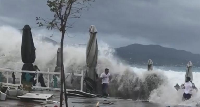 Καλαμάτα: Η στιγμή που τεράστια κύματα «καταπίνουν» ανθρώπους – Κόλαση η εθνική οδός σε δύο σημεία – video | Newsit.gr