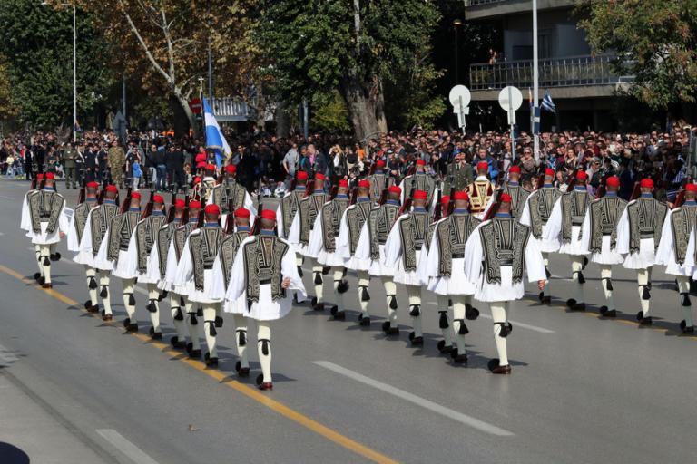 Στρατιωτική παρέλαση 28ης Οκτωβρίου: Οι εντυπωσιακές εικόνες που καθήλωσαν τα πλήθη και η επίδειξη του F-16 – video | Newsit.gr
