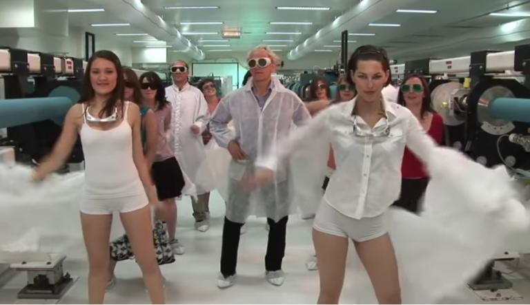 Βίντεο – σοκ με τον φετινό νομπελίστα φυσικής! Εκείνος χορεύει και φοιτήτριες κάνουν στριπτίζ! | Newsit.gr