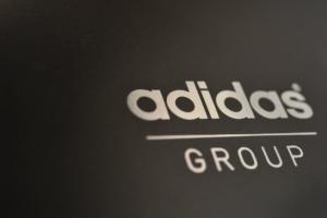 Adidas: Αποσύρει επικίνδυνα παιδικά μαγιό – Τι πρέπει να κάνουν οι γονείς