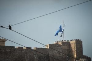 Ύψωσαν σημαία του ΟΗΕ στην Ακρόπολη