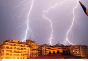 Καιρός: Τρομακτικός Ορέστης! 20.000 κεραυνοί μέσα σε λίγα 24ωρα