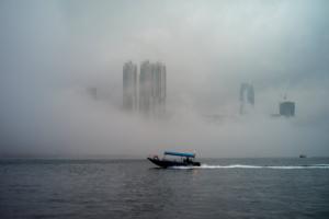 Συναγερμός για την ομίχλη στην Κίνα – Δεν βλέπουν στα 200 μέτρα