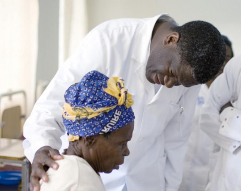 Απίστευτο! Έμαθε ότι κέρδισε το Νόμπελ Ειρήνης ενώ χειρουργούσε!