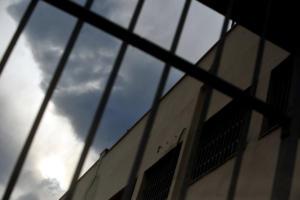 Ναρκωτικά και κινητά σε κάδο έξω από τις φυλακές Δομοκού