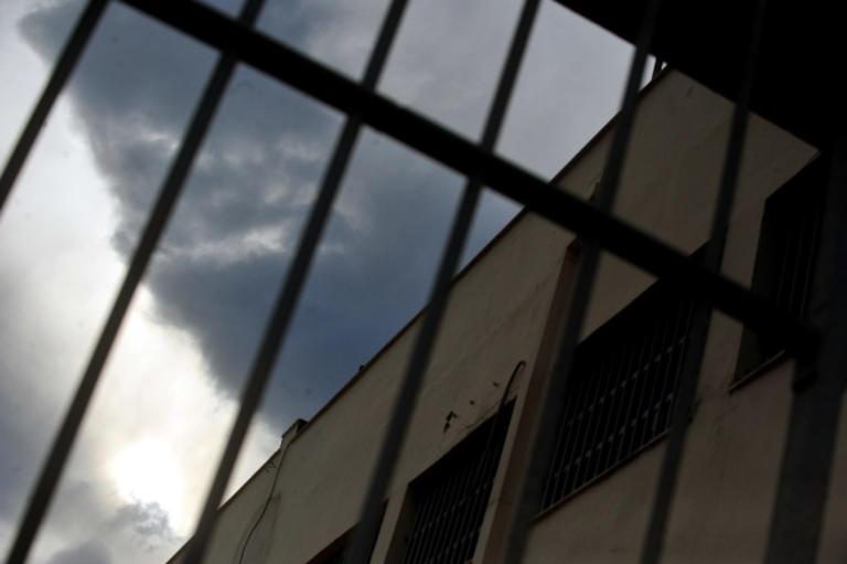 Ναρκωτικά και κινητά σε κάδο έξω από τις φυλακές Δομοκού | Newsit.gr
