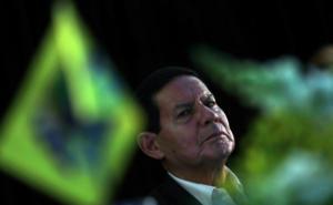 Ο ακροδεξιός Μπολσονάρου κάνει «μάγια» στις γυναίκες – Ευτελίζει τον βιασμό, στηρίζει την ανισότητα και τον στηρίζουν