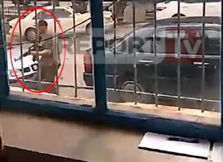 Κωνσταντίνος Κατσίφας: Αυτό το καλάσνικοφ κρατούσε, λένε τα αλβανικά Μέσα | Newsit.gr