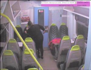 """Στιγμές τρόμου στο τρένο – Μαχαίρωσε τη φίλη της και φώναζε """"κοιμήσου κοριτσάκι""""!"""