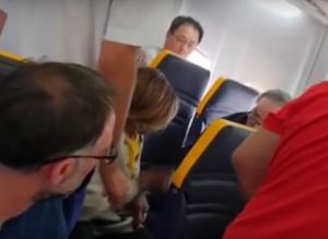 Εντοπίστηκε ο άνδρας που έκανε άθλια ρατσιστική επίθεση εναντίον γυναίκας σε πτήση της Ryanair – video