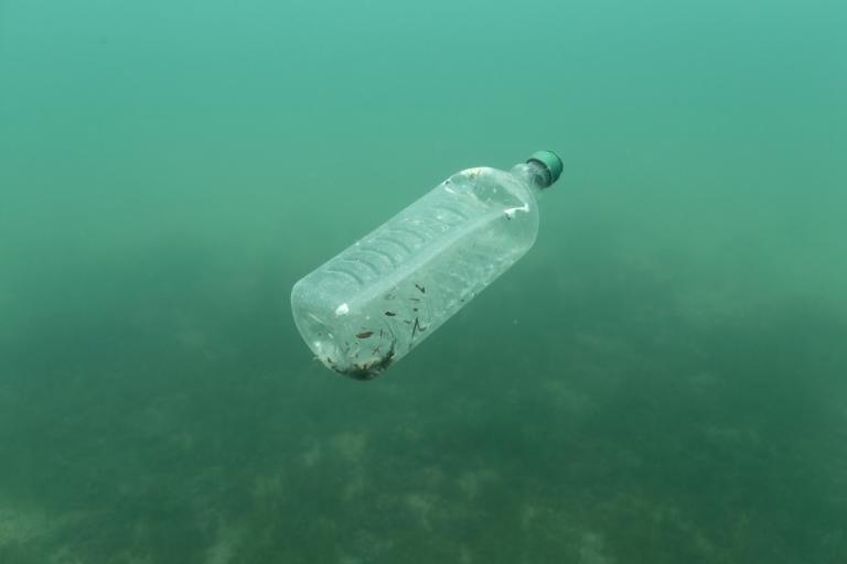 Συναγερμός για την υγεία – Τα πλαστικά φτάνουν στο στομάχι μας | Newsit.gr