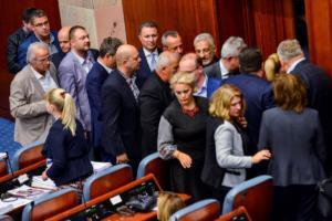"""Σκόπια: Οργανώθηκαν σε ομάδα οι """"αντάρτες"""" βουλευτές που στήριξαν τον Ζάεφ!"""