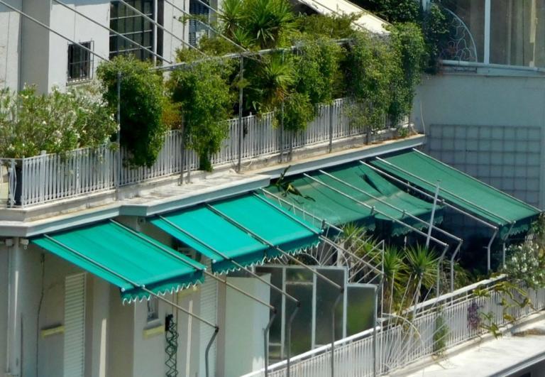 Τρίκαλα: Τον έσωσε η τέντα! Έπεσε από το μπαλκόνι και σώθηκε | Newsit.gr