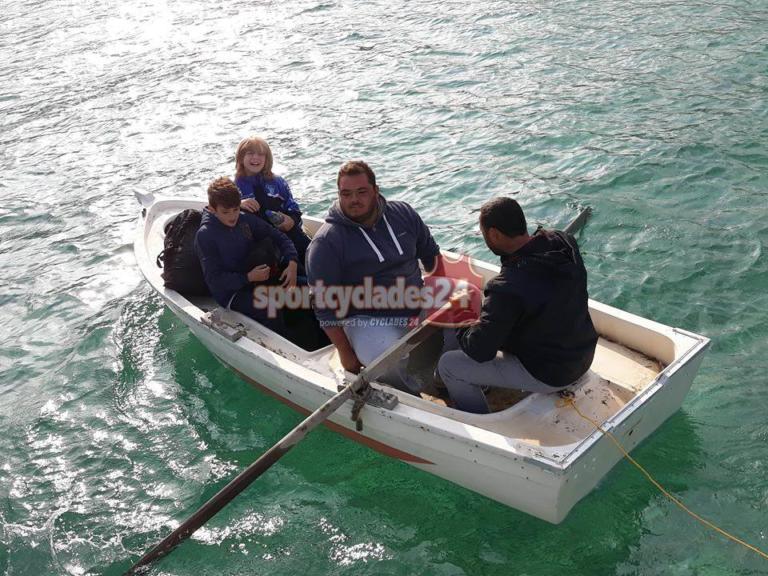 Κυκλάδες: Οι ποδοσφαιριστές πήραν το… καΐκι για να πάνε στον αγώνα [pics] | Newsit.gr