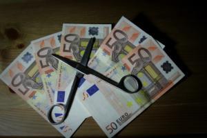Απόλυτος αιφνιδιασμός! Έρχονται κατασχέσεις – εξπρές για χρέη σε ΔΕΚΟ και τράπεζες! «Ξηλώνουν» το φορολογικό απόρρητο