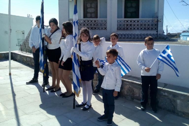 Συγκίνηση στο Αγαθονήσι – Παρέλασαν οι 8 μαθητές που απέμειναν στο νησί! [video] | Newsit.gr
