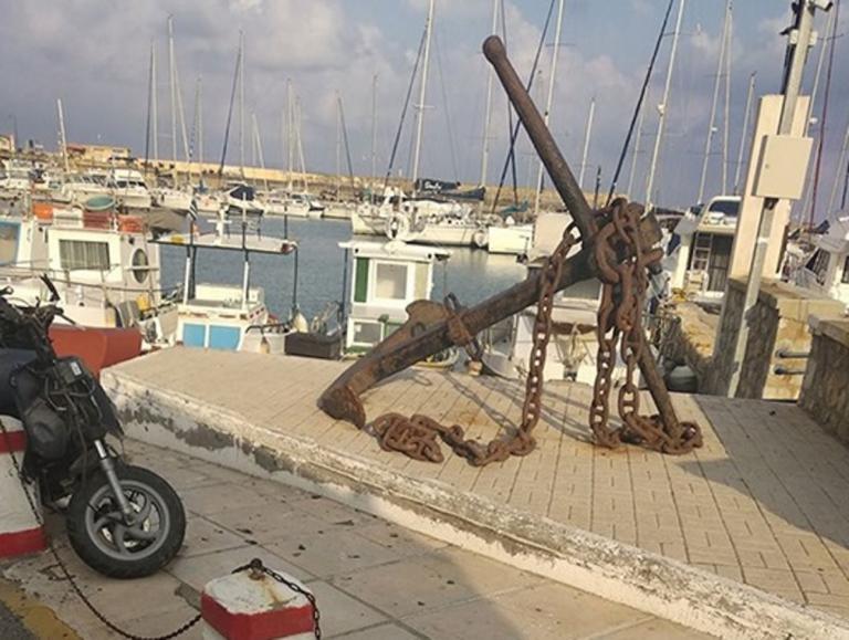 Ηράκλειο: Χαροπαλεύει οδηγός μηχανής – 'Εχασε τον έλεγχο και έφυγε από την παραλιακή λεωφόρο [pics] | Newsit.gr