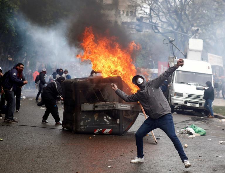 Αργεντινή: Πλαστικές σφαίρες και κλίμα πολέμου στις διαδηλώσεις! [pics] | Newsit.gr