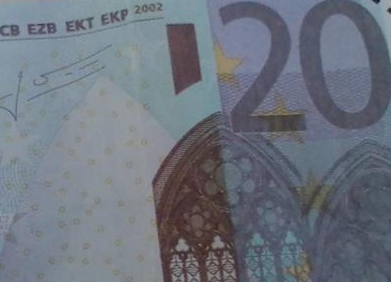 Σύρος: Περπατούσαν και έπεσαν από τον ουρανό στα χέρια τους αυτά τα χαρτονομίσματα – Οι επόμενες κινήσεις τους [pics] | Newsit.gr