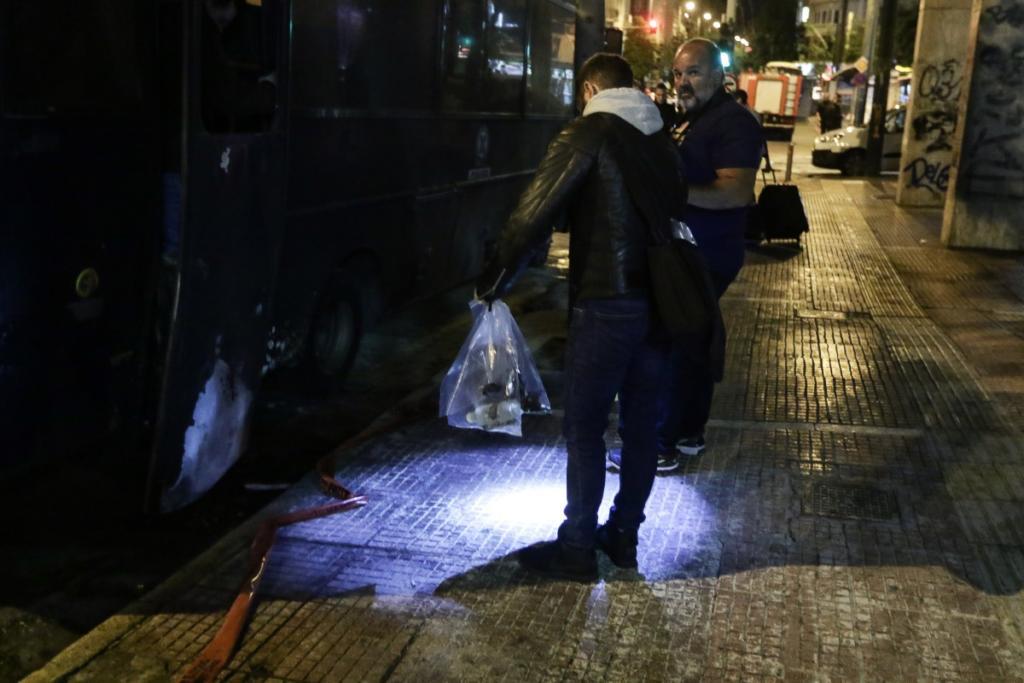 Αστυνομικοί συλλέγουν στοιχεία μετά την επίθεση στο ΑΤ Ομονοίας