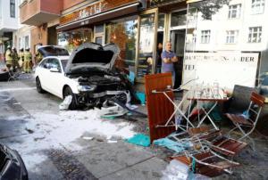 Αυτοκίνητο έπεσε σε καφέ στο Βερολίνο! Τουλάχιστον 5 τραυματίες [pics]