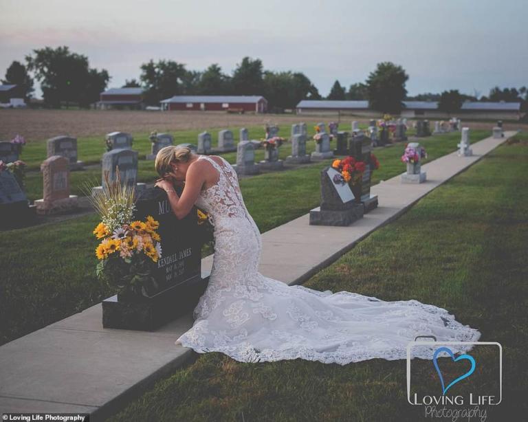 Συγκλονίζει η εικόνα της νύφης μπροστά από το μνήμα του αγαπημένου της! | Newsit.gr