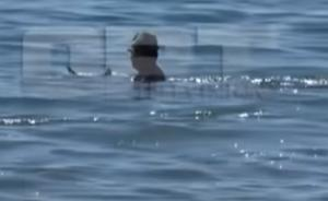 Ηλεία: Έπεσε έτσι στη θάλασσα και έζησε στιγμές που θα θυμάται για πάντα – Το μπάνιο πέρασε σε δεύτερη μοίρα – video
