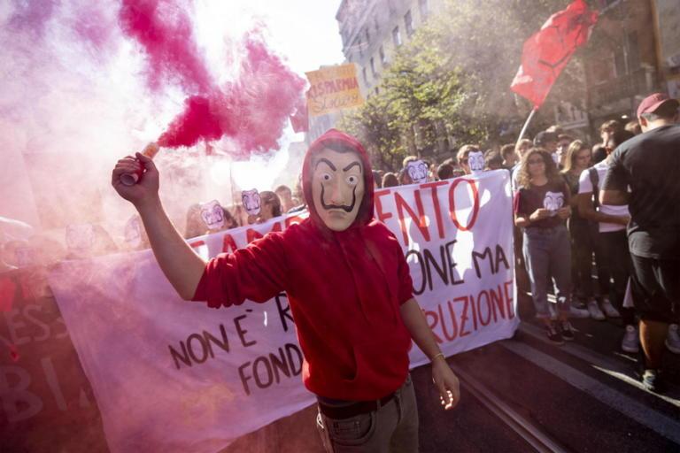 Ιταλία: Μαθητικές διαδηλώσεις με άρωμα… Casa De Papel – Έκαψαν ομοιώματα του Ντι Μάιο και του Σαλβίνι [pics]   Newsit.gr