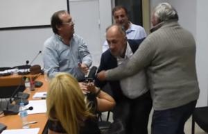 Τρίκαλα: Η γυναίκα που έγινε κόκκινο πανί για τον δήμαρχο Φαρκαδόνας – Η στιγμή που το δημοτικό συμβούλιο τινάζεται στον αέρα – video
