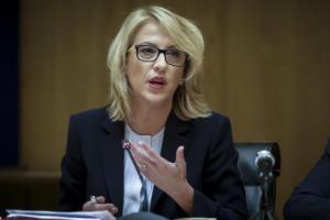 Δούρου: Το χθες επιμένει στα χαρτιά του εθνικού διχασμού και του μίσους