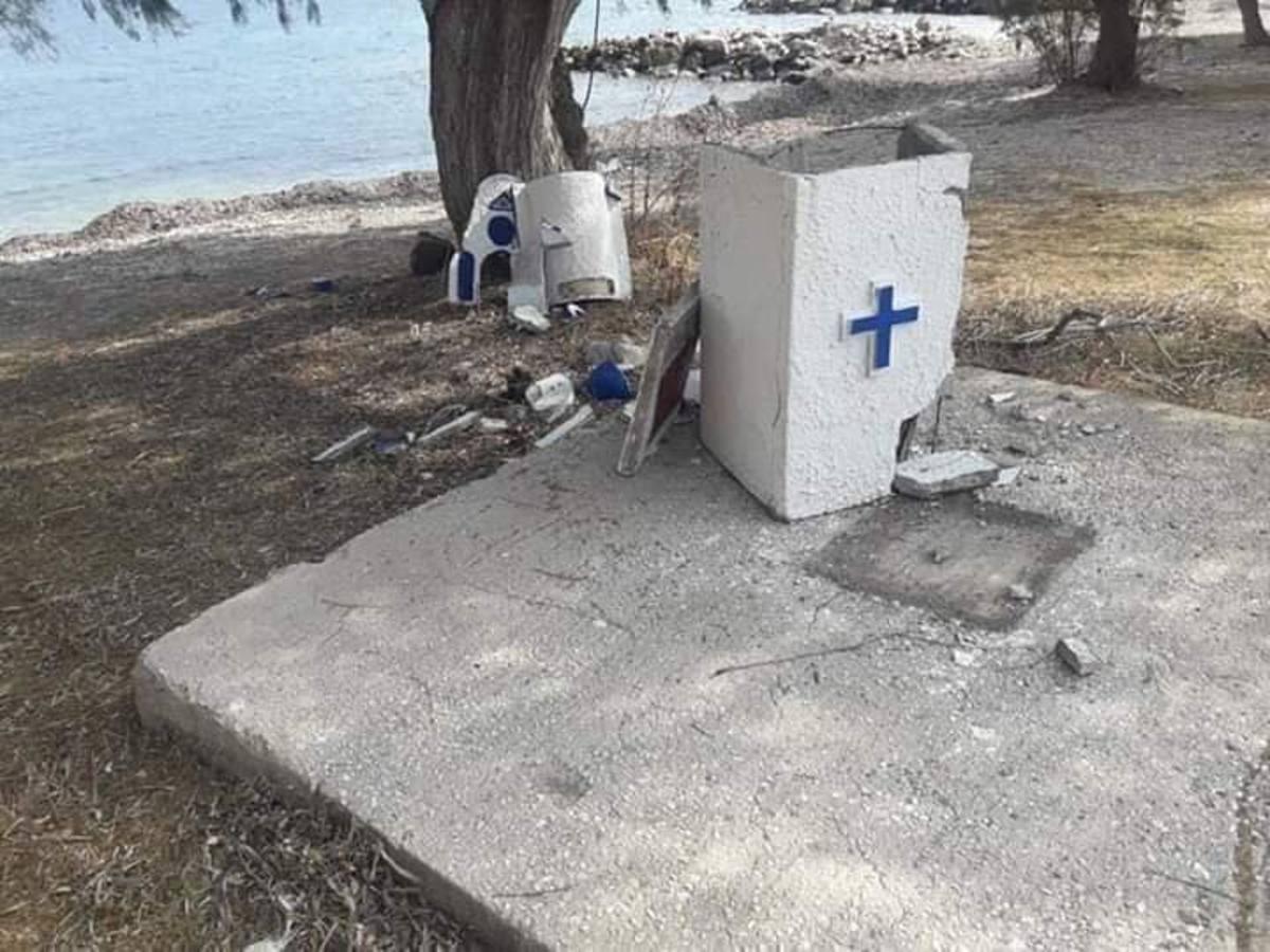Γκρέμισαν εκκλησάκι στη Λέσβο [pics] | Newsit.gr