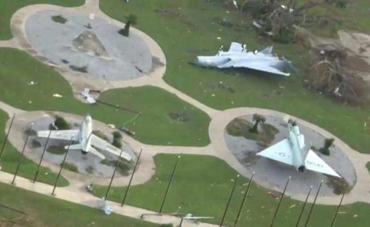 Τυφώνας Michael: Εικόνες «αποκάλυψης» στην αεροπορική βάση Tyndall των stealth F-22! [vids, pics] | Newsit.gr