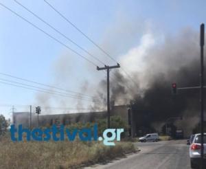 Θεσσαλονίκη: Φωτιά σε εργοστάσιο ξυλείας – Η πυροσβεστική δίνει μάχη με τον χρόνο!