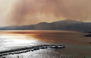Μαίνεται η φωτιά στη Χαλκιδική! Κάτοικοι εγκαταλείπουν τα σπίτια τους