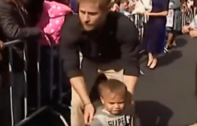 """Τσίτωσε ο πρίγκιπας Χάρι! Έψαχνε τους γονείς του """"χαμένου"""" πιτσιρικά – Video   Newsit.gr"""