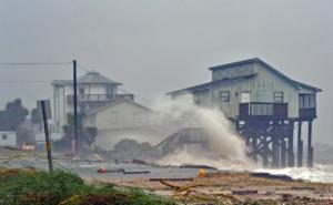 Κύματα θεριά, δυο νεκροί και καταστροφή από τον τυφώνα Μάικλ – video