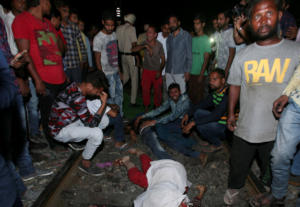 Πολύνεκρο δυστύχημα στην Ινδία! Τρένο έπεσε πάνω σε πλήθος – Video