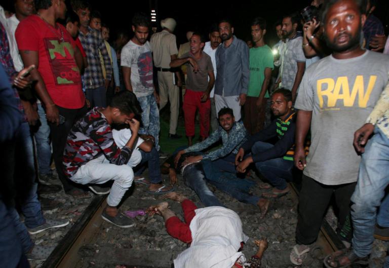 Πολύνεκρο δυστύχημα στην Ινδία! Τρένο έπεσε πάνω σε πλήθος – Video   Newsit.gr