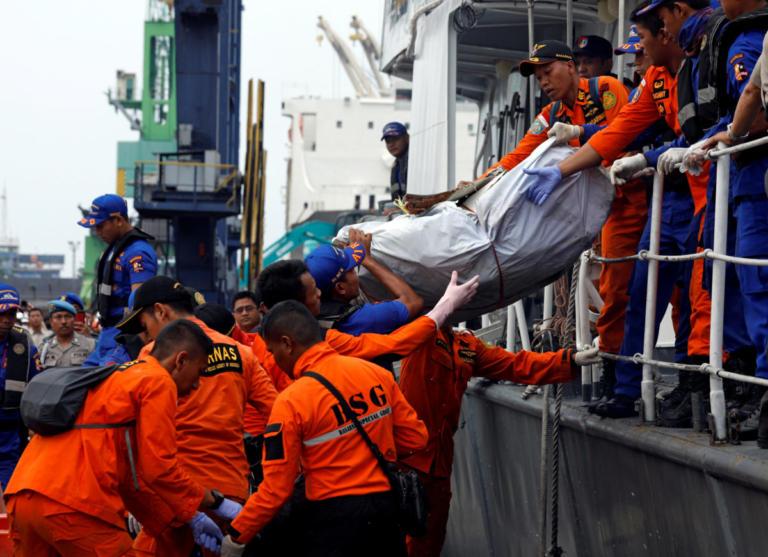Βρέθηκε η άτρακτος του Boeing που συνετρίβη στην Ινδονησία | Newsit.gr