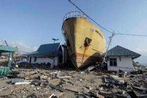 Καράβια βγήκαν στη στεριά από το τσουνάμι στην Ινδονησία