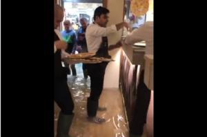 Το μαγαζί πλημμυρίζει και οι θαμώνες τρώνε… πίτσα! [video]