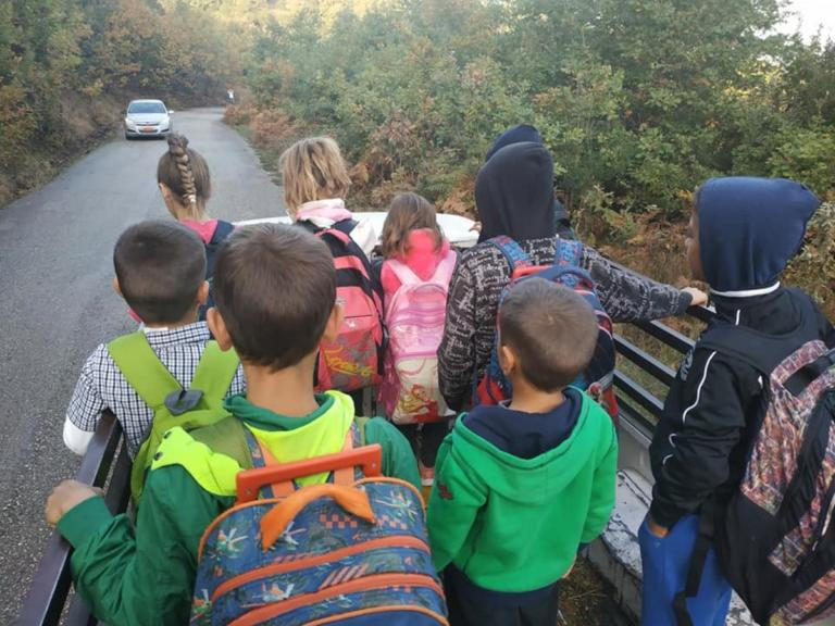 Αιτωλοακαρνανία: Το μαρτύριο της καρότσας – Μικρά παιδιά συνεχίζουν να πηγαίνουν έτσι στο σχολείο τους [pics]