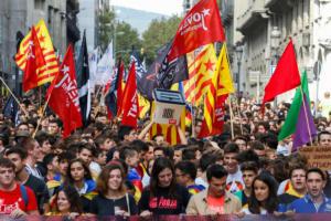 Ένας χρόνος από το δημοψήφισμα για την ανεξαρτησία της Καταλονίας – Δεκάδες χιλιάδες άνθρωποι στους δρόμους της Βαρκελώνης