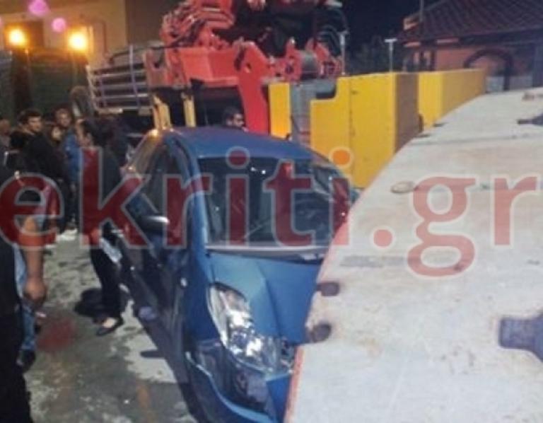 """Κρήτη: """"Έφυγε"""" το φορτίο γερανοφόρου και έπεσε σε αυτοκίνητο εν κινήσει!   Newsit.gr"""