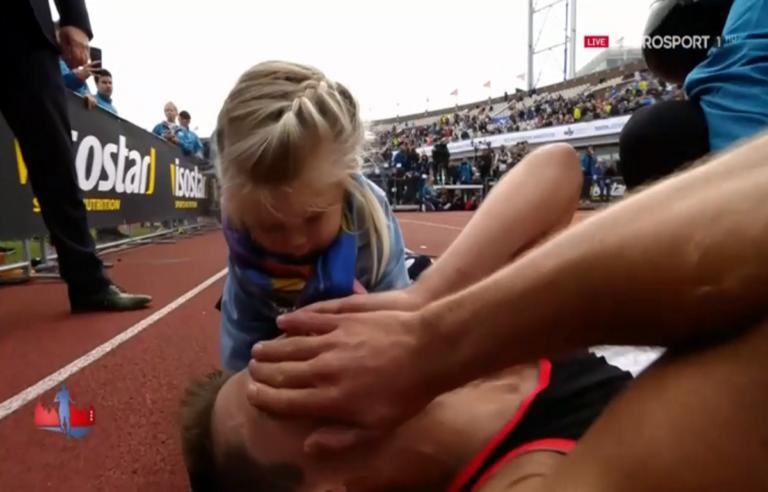 Μαραθώνιος Άμστερνταμ: Η απίστευτη αντίδραση της πιτσιρίκας, όταν είδε τον πατέρα της πεσμένο στο έδαφος! Video   Newsit.gr