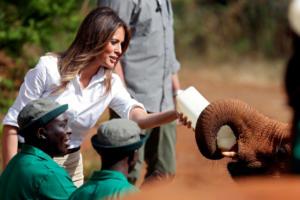 """""""Έλιωσε"""" η Μελάνια Τραμπ τάισε ελεφαντάκια και έκανε σαφάρι στο Ναϊρόμπι – Pics, video"""