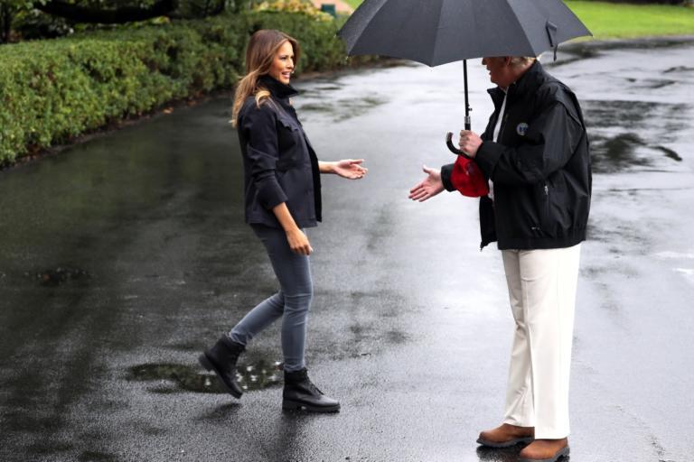 Μελάνια Τραμπ: Βρεγμένη και… παρατημένη στην βροχή! video, pics | Newsit.gr